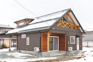 ロッジ風 大きな切妻の屋根とオードーメイドキッチンのある家