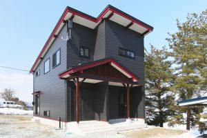 赤と黒のコントラストが映える外観 和モダン町家風の家